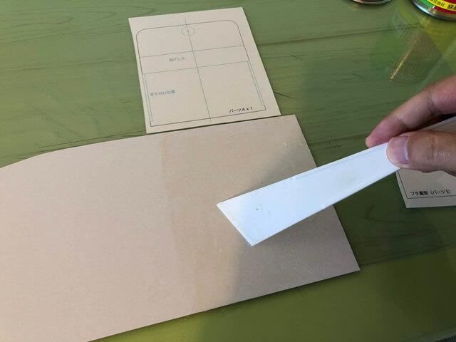 厚紙にゴムのりをつける