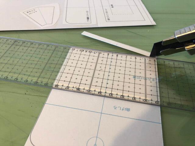 型紙を切る