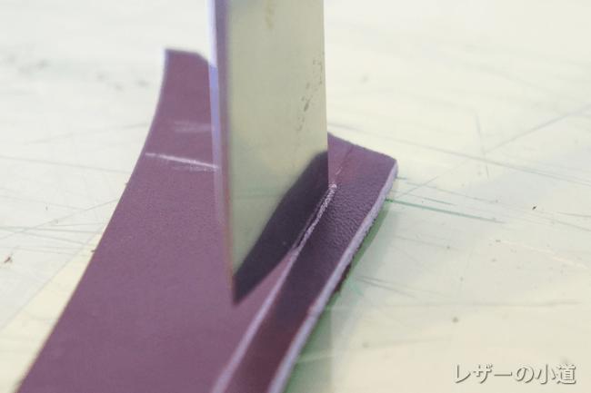 銀ペンの線の内側を切る