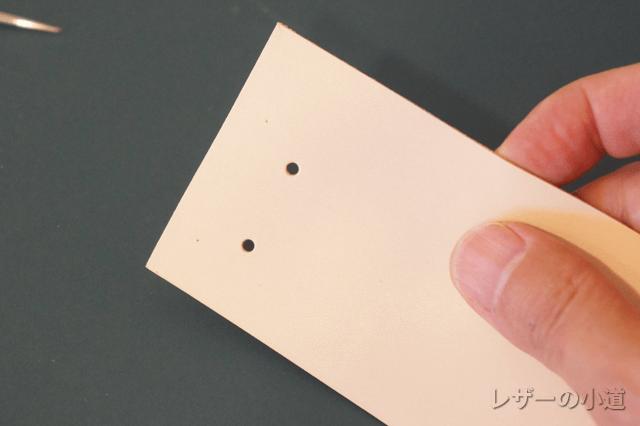 キーホルダー金具の留め穴