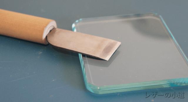 革包丁とガラス板